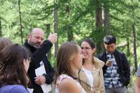 "Andreas Rigling, director of the unit ""Forest Dynamics"" WSL, leads a discussion in the group of doctoral students."